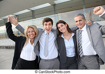 Gente de negocios feliz afuera