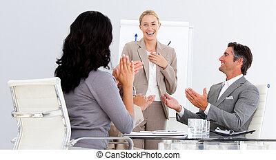 Gente de negocios feliz aplaudiendo una buena presentación