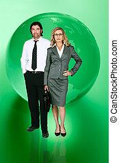 Gente de negocios frente al mapa del mundo verde