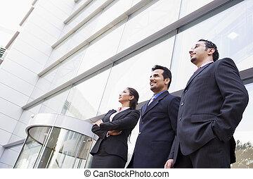 Gente de negocios fuera de la oficina