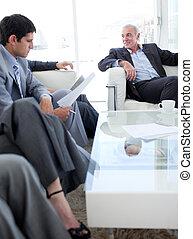 Gente de negocios multiétnicos discutiendo antes de una entrevista de trabajo