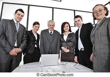 Gente de negocios parada en la oficina y sonriendo