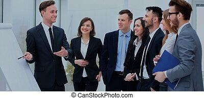 Gente de negocios reuniéndose con el concepto de comunicación de oficina de trabajo