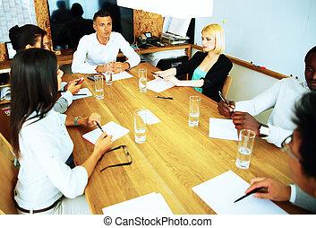 Gente de negocios reuniéndose en la mesa de la oficina