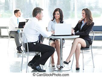 Gente de negocios reuniéndose en la oficina. Concepto de comunicación.