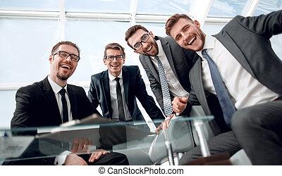 Gente de negocios sentada en la mesa de negociación