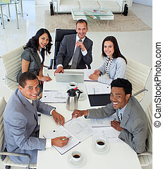 Gente de negocios sonriente trabajando en una reunión
