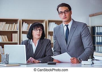 Gente de negocios teniendo una discusión de negocios en la oficina