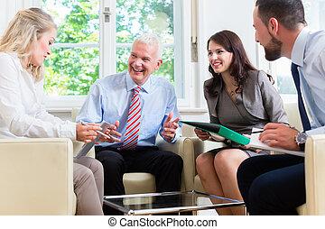 Gente de negocios teniendo una discusión en la oficina
