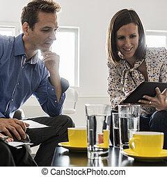 Gente de negocios teniendo una reunión en la mesa de café de la oficina