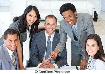 Gente de negocios trabajando juntos en un proyecto