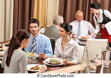 Gente de restaurantes de negocios comiendo