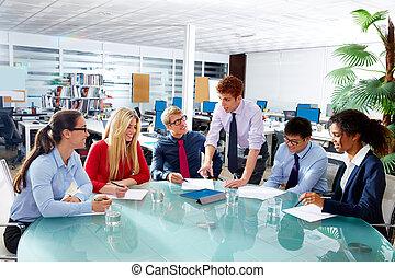 Gente ejecutiva del equipo de negocios reuniéndose en la oficina