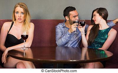 gente, ella, sentimiento, mirar, coquetear, celoso, club, cámara, dos, mujer, rubio, al lado de