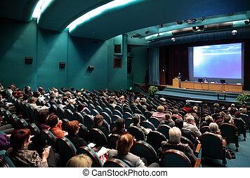 Gente en conferencia