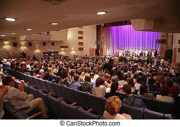 Gente en el auditorio