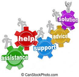 Gente en marcha ayudándose mutuamente a llegar a una solución