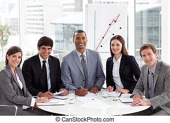 Gente internacional de negocios mulítnicos en una reunión