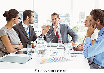 Gente joven de negocios en la sala de juntas