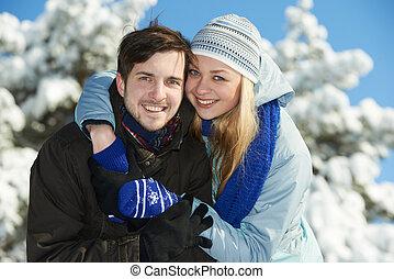 Gente joven y feliz en invierno