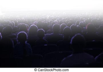 Gente sentada en una audiencia
