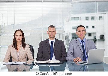 Gente seria de negocios esperando una entrevista