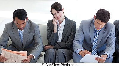 Gente seria de negocios esperando una entrevista de trabajo