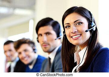 Gente sonriente de negocios en una oficina central