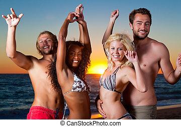 Gente teniendo fiesta en la playa