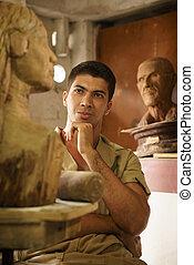 Gente trabajando en la escultura de madera de artista feliz en el taller