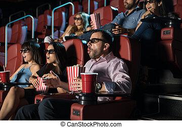 Gente viendo una película en 3D