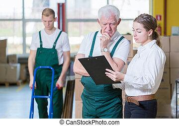 Gerente hablando con el empleado del almacén