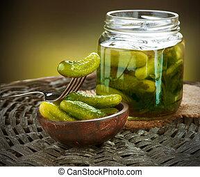Gherkins. Pickles. Los pepinos salados siguen vivos