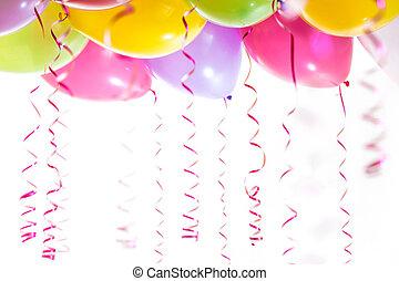 Globos con serpentinas para la fiesta de cumpleaños... aislados en fondo blanco