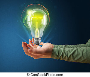 Glowing Lightbulb en la mano de una mujer