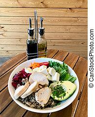 goat, aceite, hojas, aceituna, quinoa, servido, aguacate, orgánico, queso, arugula, vinagre, rebanadas, ensalada, sauce., sano, pollo, botellas