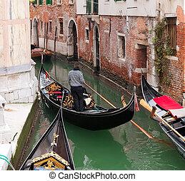 Gondola en canal de Venecia