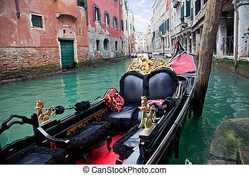 Gondola en Venecia en el muelle