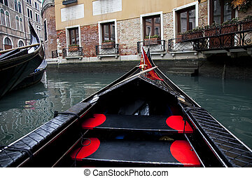 Gondola navegando en canal de Venecia