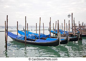 Gondolas con tapa azul en Venecia