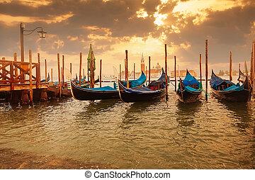Gondolas en Sunset Pier cerca de San Marco Square en Venecia