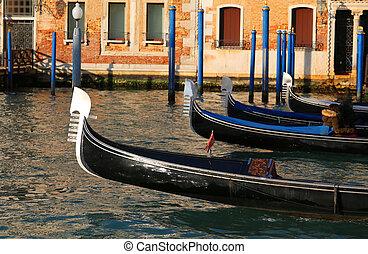 Gondolas navegando las aguas del Gran Canal en Venecia Italia