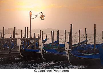 Gondolas venecianas al amanecer en Venecia