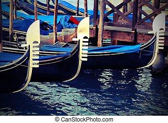Gondolas venecianas amarradas en pasajeros de aterrizaje con efecto vintage