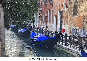 Gondolas venecianas en canal estrecho