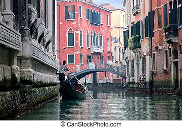 Gondoliero navegando en el canal de Venecia