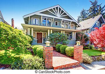 Gran artesano azul de lujo clásico exterior de casa americana.