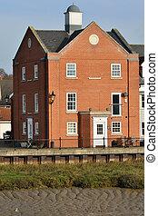 Gran casa de ladrillo rojo junto al río