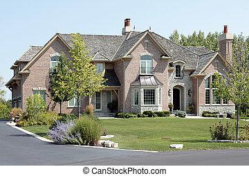 Gran casa de ladrillos con la entrada arqueada