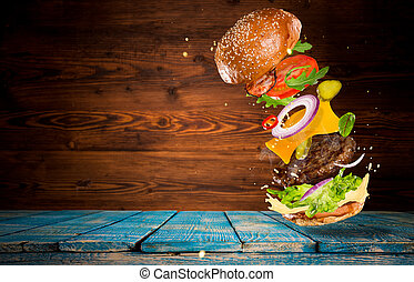 Gran hamburguesa sabrosa con ingredientes voladores.